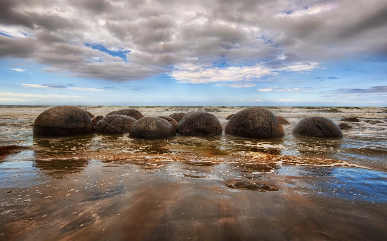 10.-Koekohe-Beach-near-Moeraki-New-Zealand-1