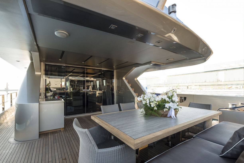 Yacht-zahraa-Admiral-Tecnomar-main-deck
