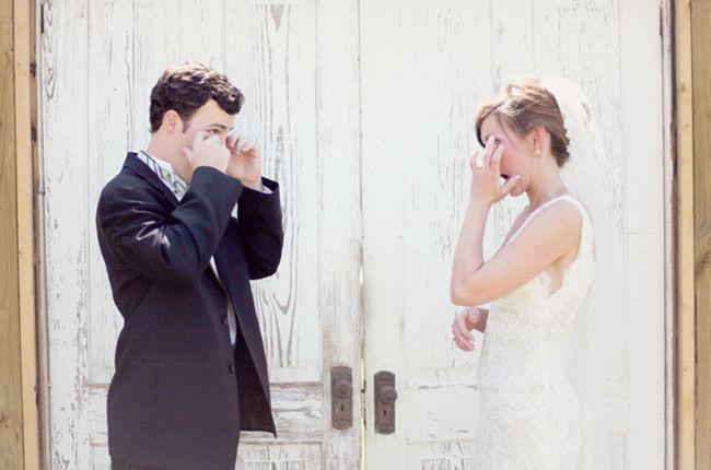 reactia-incredibil-de-emotionanta-a-unor-miri-cand-si-au-vazut-iubitele-in-rochie-de-mireasa-pentru-prima_18