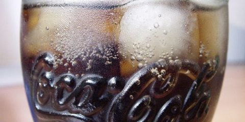 Coca-Cola_Glas_mit_Eis