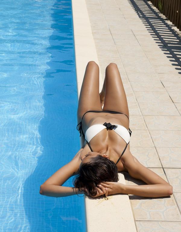 Sunbathing,_outdoor_swimming_pool
