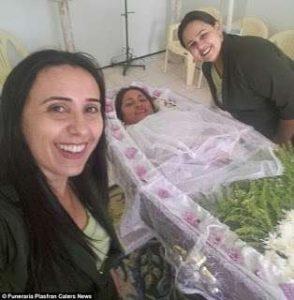9e508b968 Keď uvidela rakvu, do ktorej si mala ľahnúť, bola šťastím celá bez seba a  svojim blízkym sa zdôverila, že ide o najlepší deň jej života.
