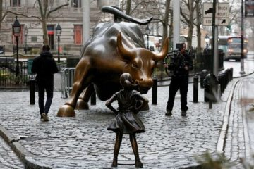 small-girl-faces-wall-street-bull-statue-5-58bff9e979f95__880