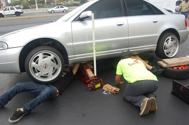 12630510-workplace-safety-fails-men-accident-waiting-to-happen-36-58d11edce7ed3__605-1490608062-650-e7b18a467a-1490964436