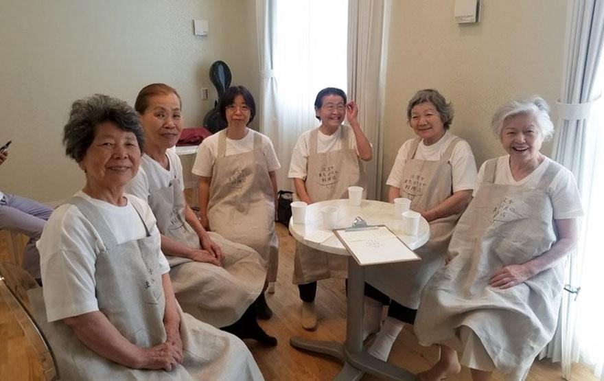 waiters-dementia-restaurant-of-order-mistakes-tokyo-9