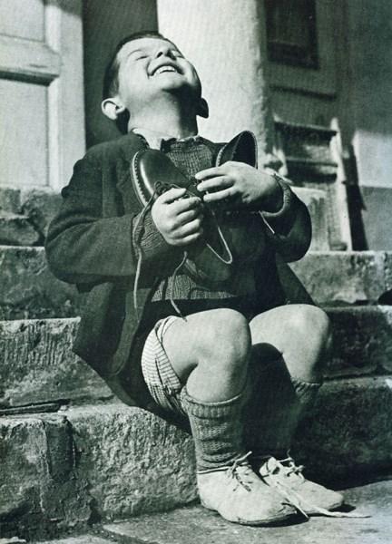 Rakúsky chlapček sa počas druhej svetovej vojny teší z nových topánok