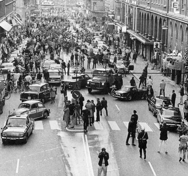 Škótsko prvý deň po tom, ako sa zmenila doprava a auta mali jazdiť v pravom pruhu namiesto ľavého, rok 1967