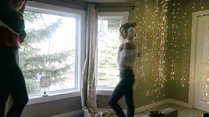how-to-take-amazing-christmas-light-portraits-in-an-ordinary-bedroom-5a22a99a9f15d__700
