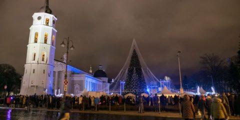 vilnius-does-it-again-spectacular-christmas-tree-illuminated-by-70000-lightbulbs-starts-festive-season-in-lithuanias-capital-5a251a3887d15__880