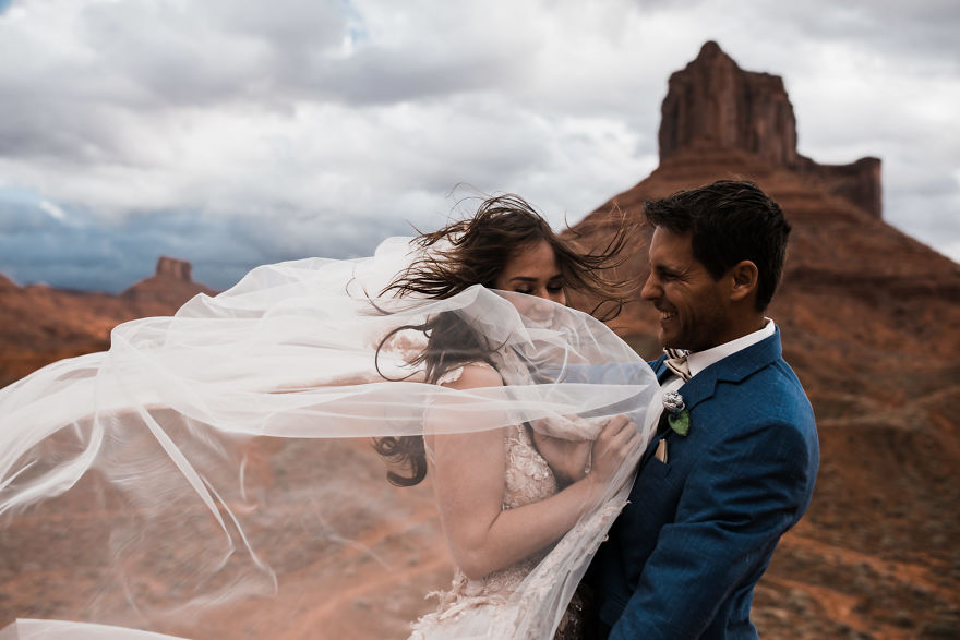 marriage-done-at-120-meters-high-will-take-your-breath-away-5a65ac191f2e3__880