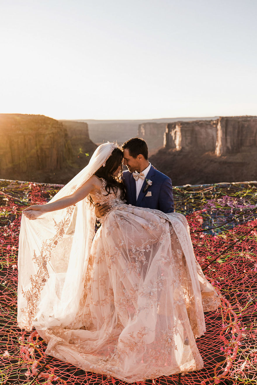 marriage-done-at-120-meters-high-will-take-your-breath-away-5a65ac58642b9__880