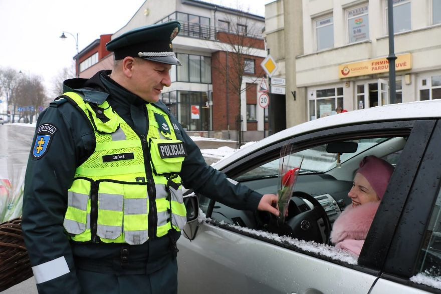 lithuanian-police-officers-flowers-international-womens-day1-5aa1211567eb9__880