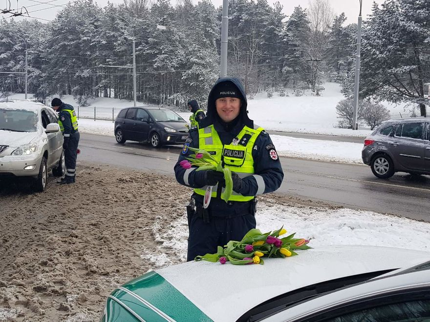 lithuanian-police-officers-flowers-international-womens-day10-5aa12129e9e42__880
