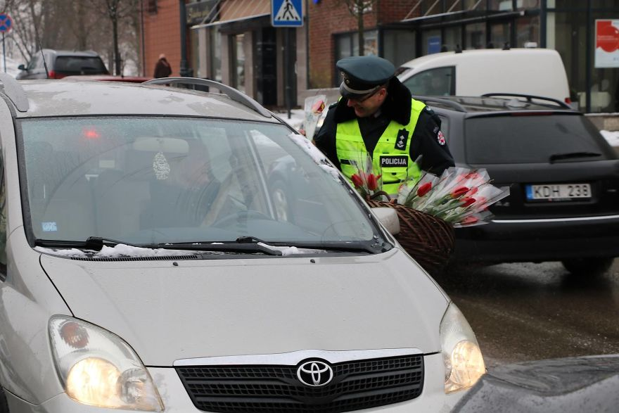 lithuanian-police-officers-flowers-international-womens-day11-5aa1212bcf224__880