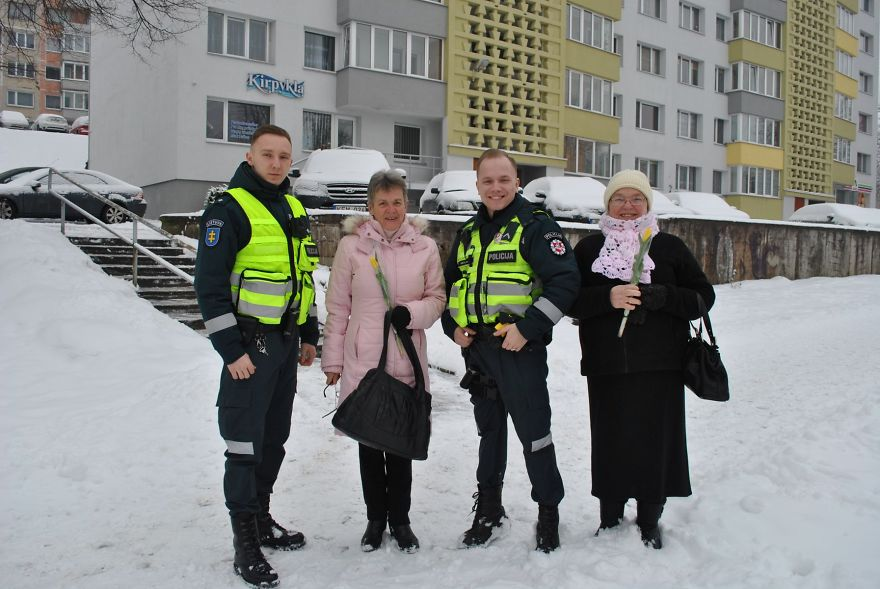 lithuanian-police-officers-flowers-international-womens-day12-5aa1212ddfd7f__880