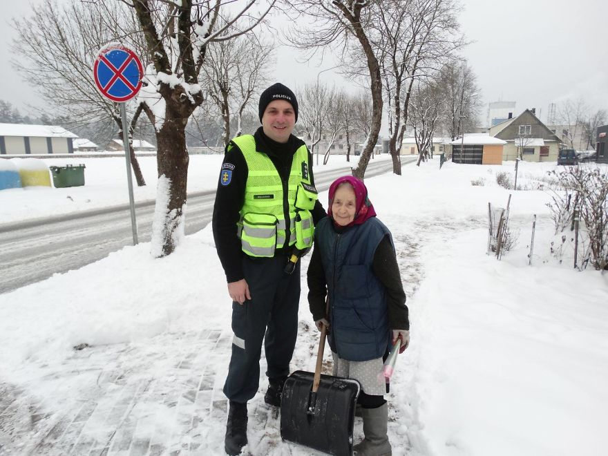lithuanian-police-officers-flowers-international-womens-day13-5aa121314581c__880