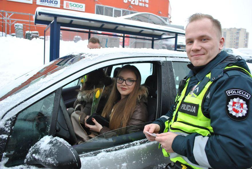 lithuanian-police-officers-flowers-international-womens-day14-5aa121332de99__880