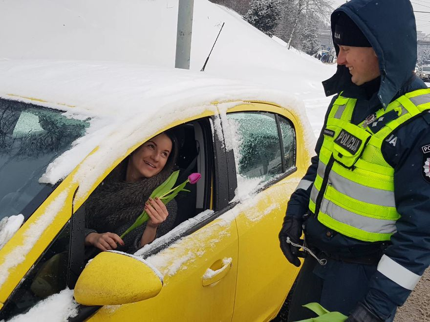lithuanian-police-officers-flowers-international-womens-day15-5aa12135c0983__880
