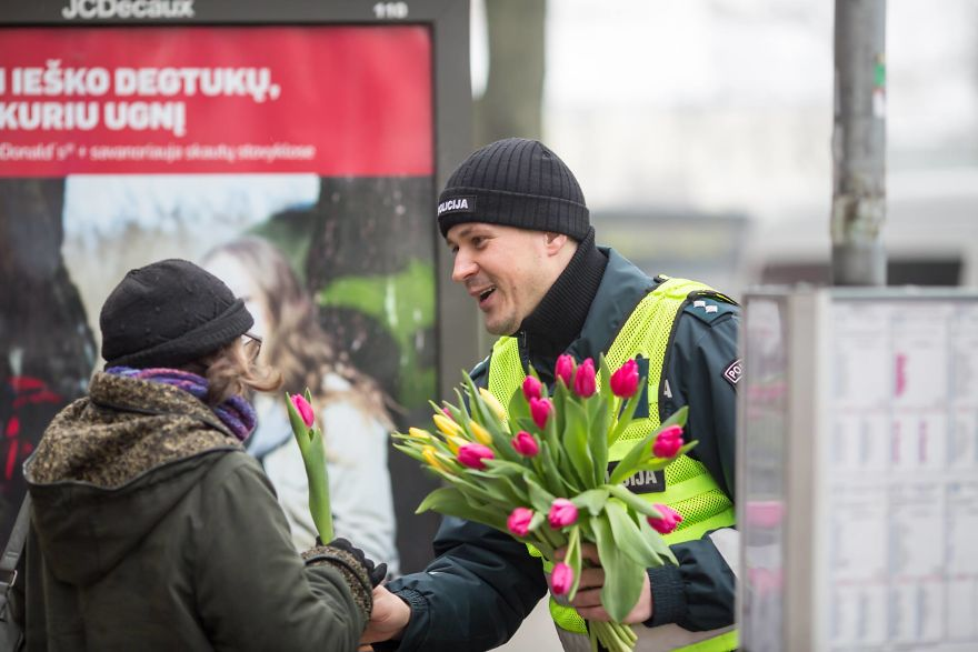 lithuanian-police-officers-flowers-international-womens-day18-5aa1213b5ae57__880