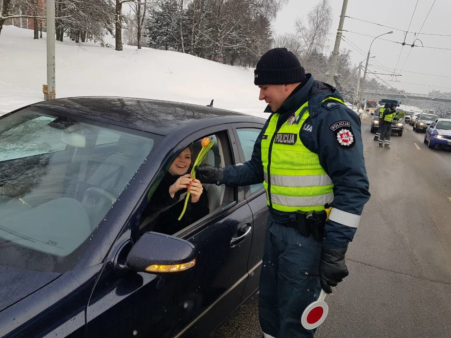 lithuanian-police-officers-flowers-international-womens-day19-5aa1213d93e77__880