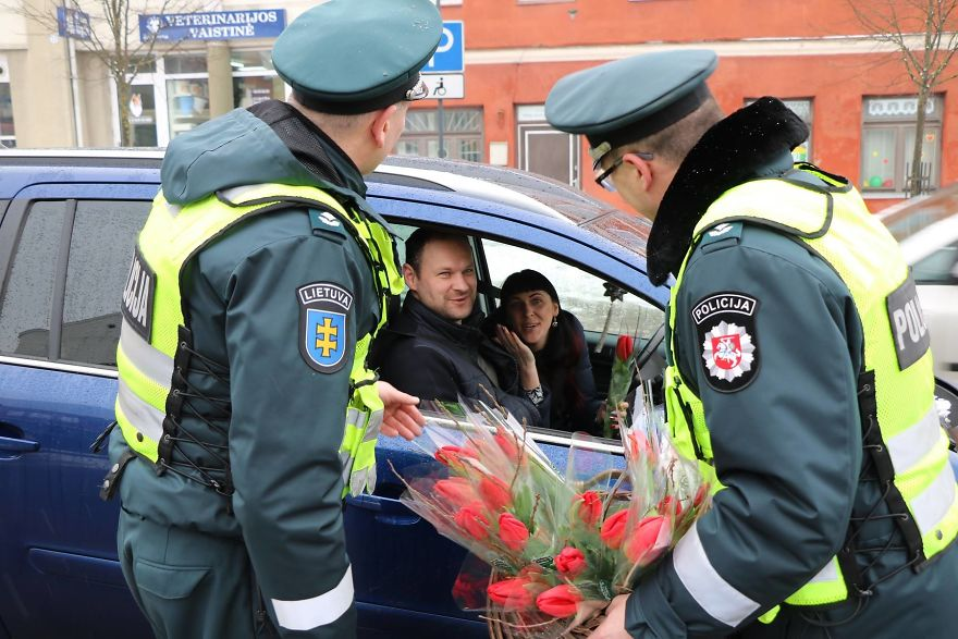lithuanian-police-officers-flowers-international-womens-day2-5aa1211926b6f__880