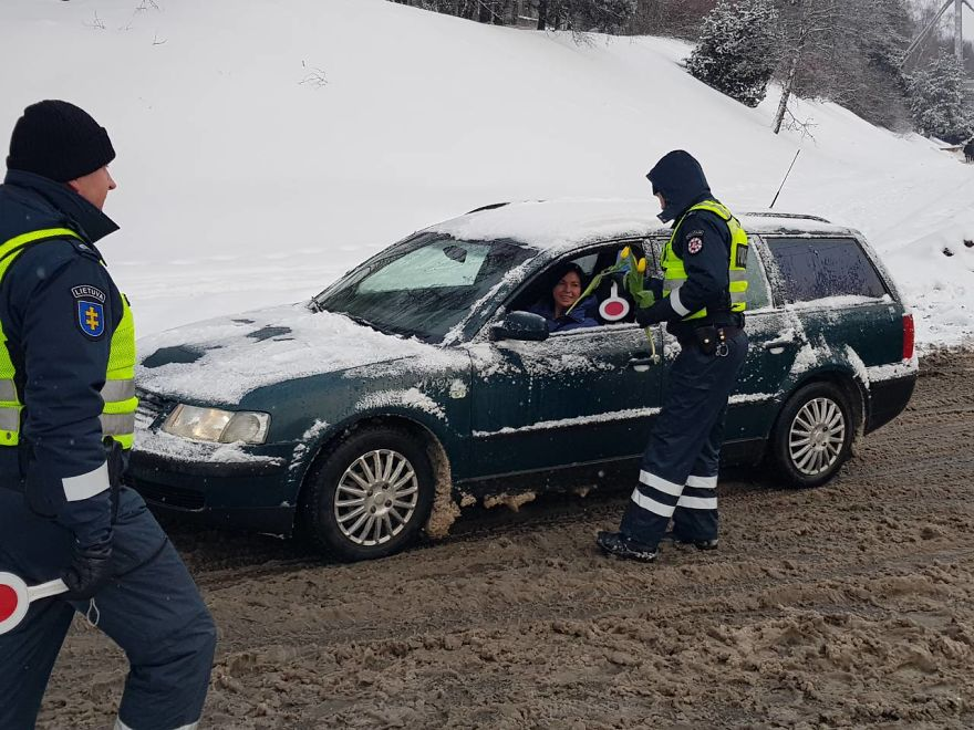 lithuanian-police-officers-flowers-international-womens-day20-5aa12140020a6__880