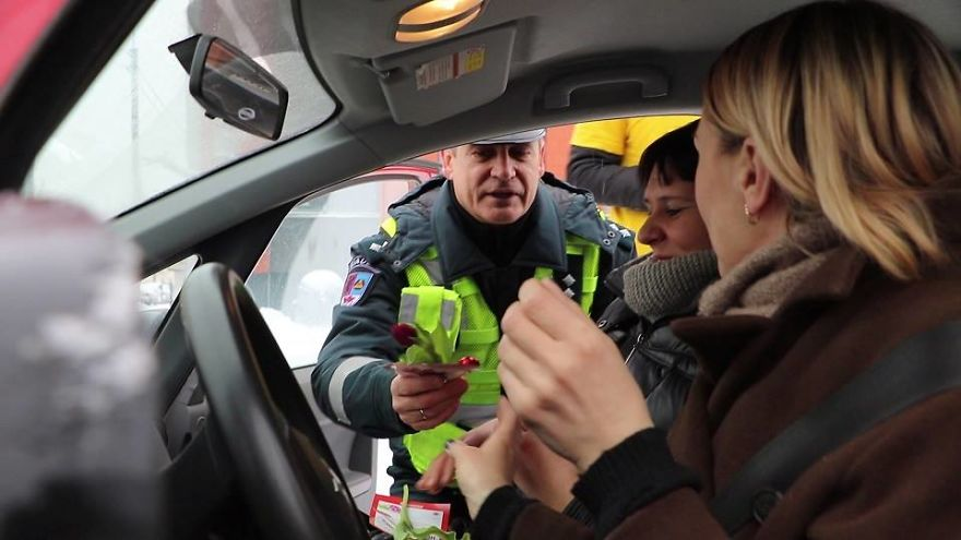 lithuanian-police-officers-flowers-international-womens-day21-5aa1214262c98__880