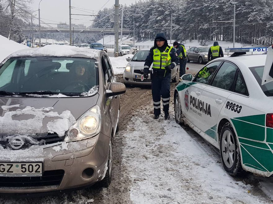 lithuanian-police-officers-flowers-international-womens-day3-5aa1211b20503__880