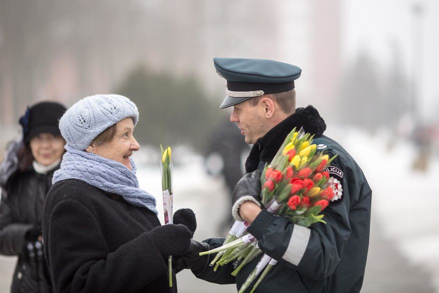 lithuanian-police-officers-flowers-international-womens-day9-5aa12127af963__880